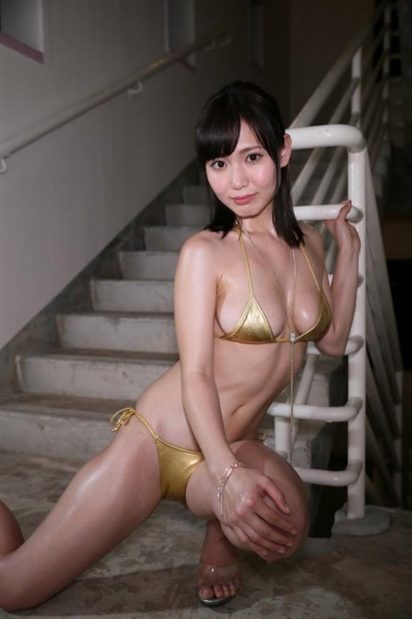 ゴールドのテカテカ水着がセクシー過ぎる桜井えりな