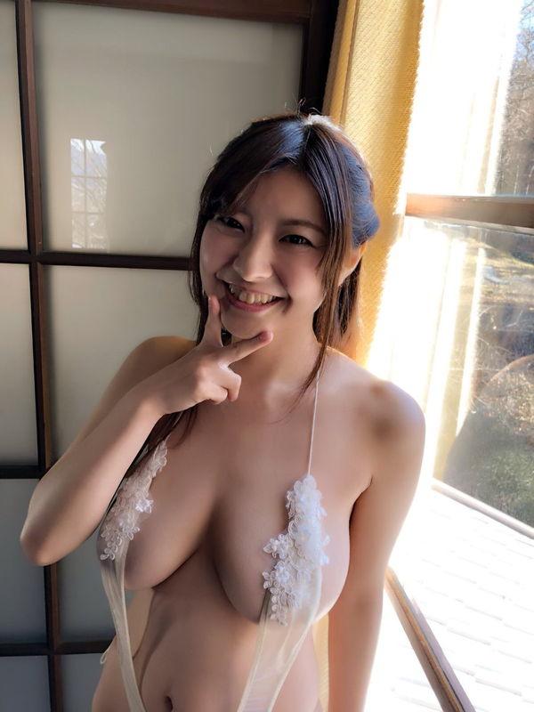 下乳スレ界の伝説グラドル花井美理、33歳のJカップ上裸が余裕で抱ける