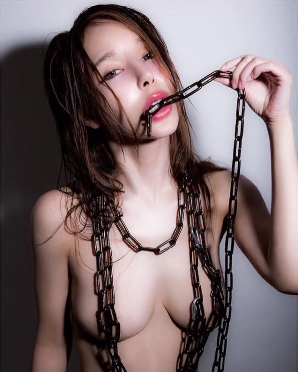 法政大Iカップグラドル夏芽エレナ、裸チェーンのみの変態ヌード投稿しインスタの限界に挑戦