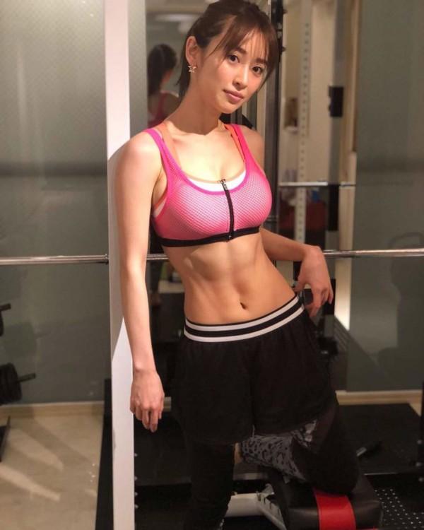 爆乳すぎるモデル泉里香、トレーニング追い込んだバキバキ腹筋がエロ美しい