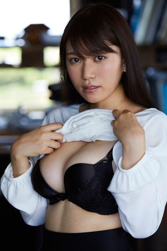 Amazon予約1位の巨乳アイドル平崎里奈、LIVEじゃ見せることのないマンスジを披露してる