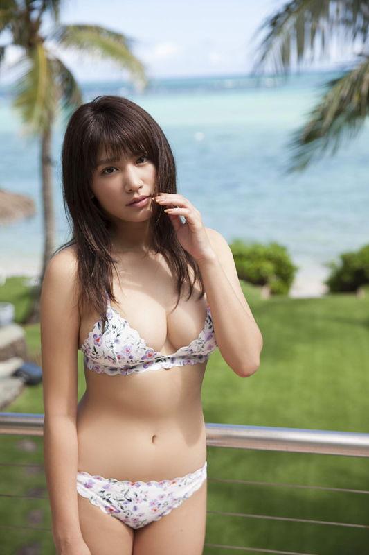 人気モデル久松郁実、初ハワイ撮影ではしゃいで縦揺れする爆乳露出オッパイがこちら